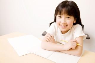 小学生鉛筆笑う